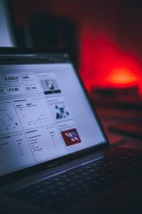 格安! ホームページ制作 YouTube動画 埼玉県熊谷市のデザインオフィス マックスのパソコンを斜めからの画像